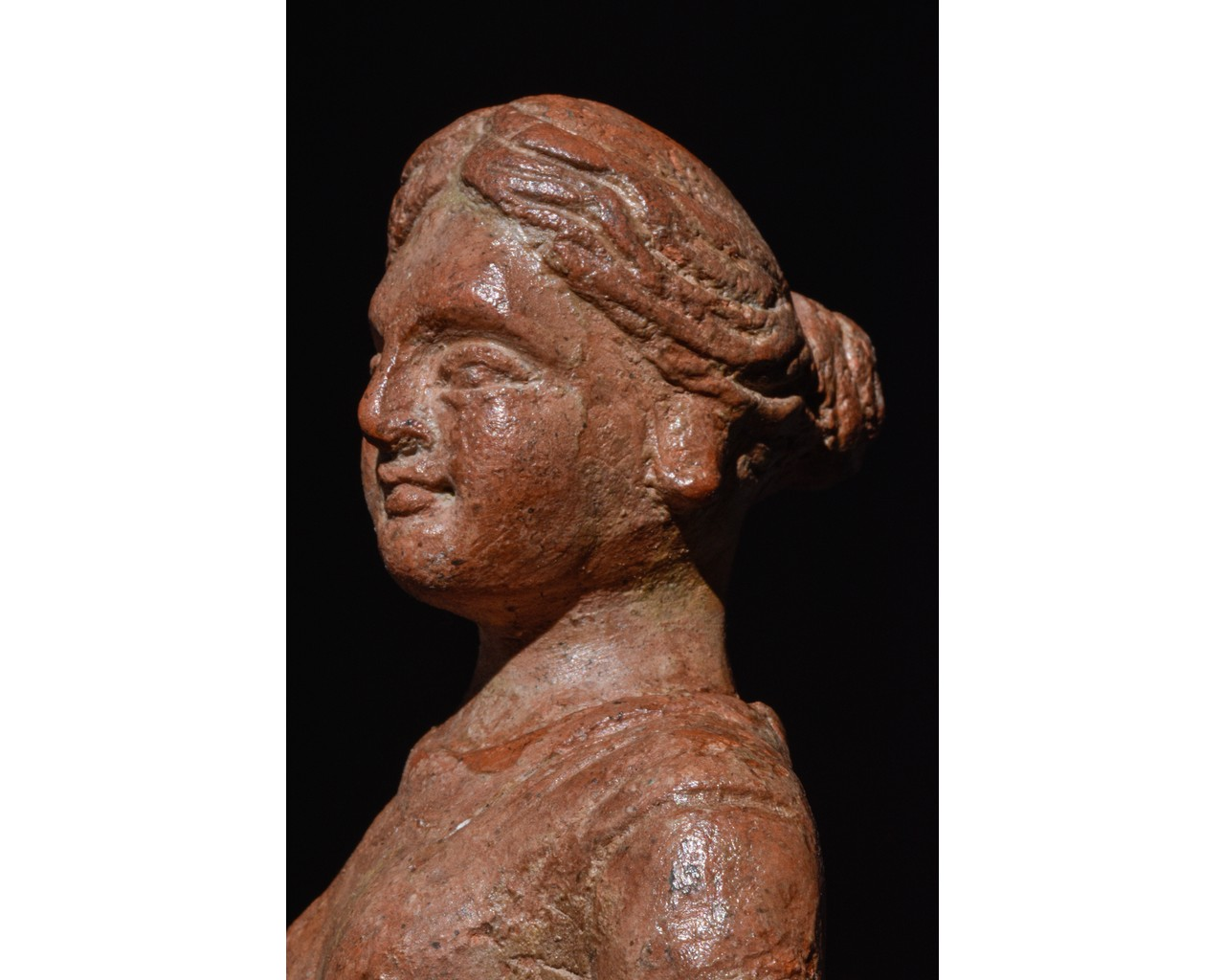 STANDING FEMALE ROMAN TERRACOTTA FIGURE - Image 6 of 9