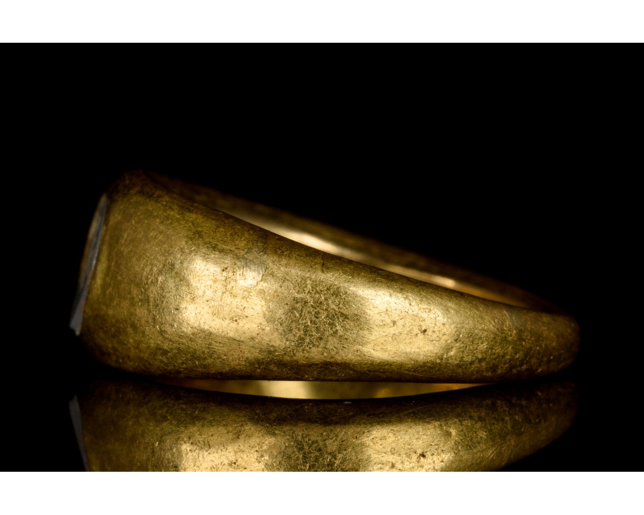 ROMAN GOLD AND CHALCEDONY INTAGLIO RING WITH SYMBOL - FULL ANALYSIS - Image 3 of 9
