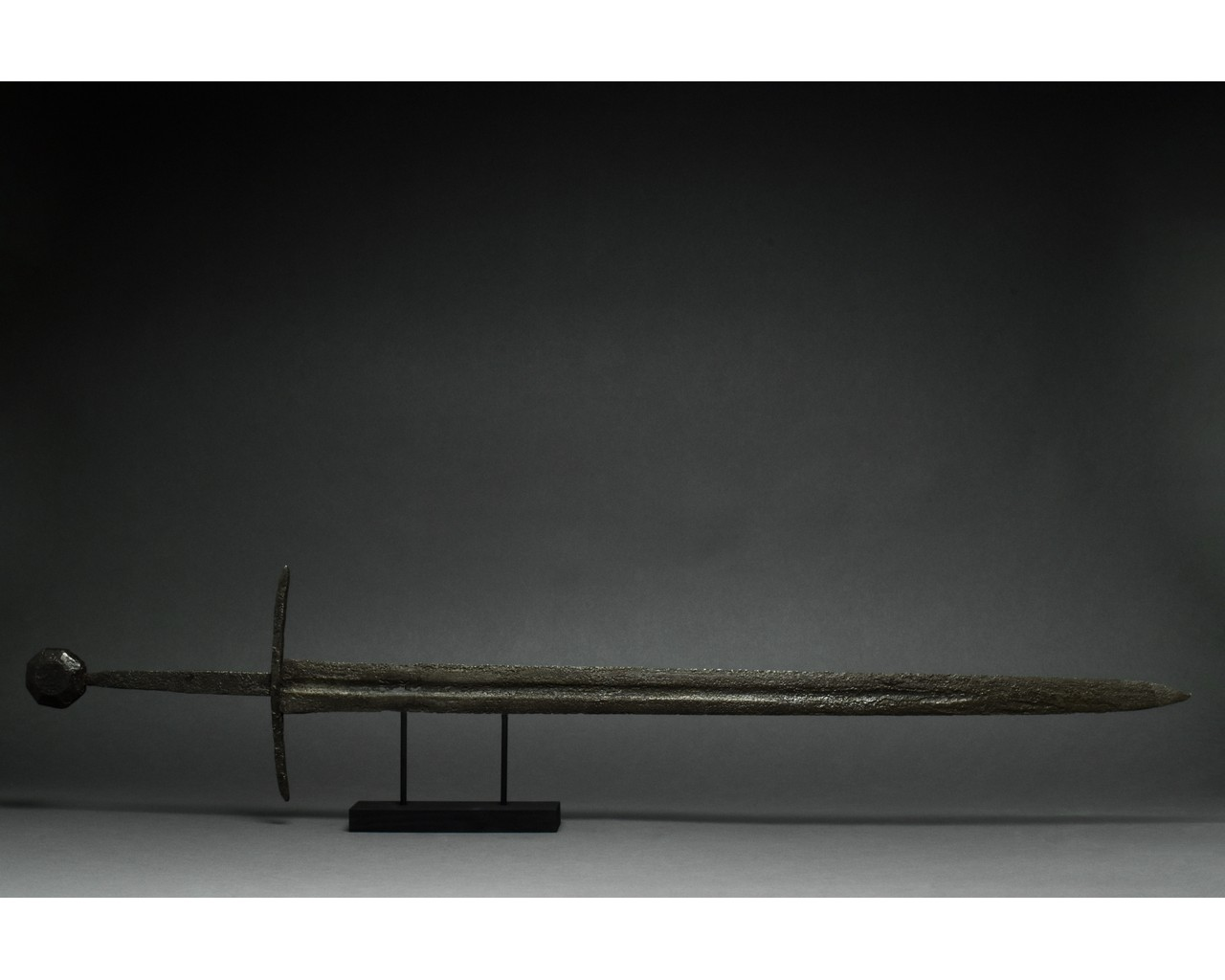 MEDIEVAL IRON SWORD WITH HANDLE - Image 2 of 5