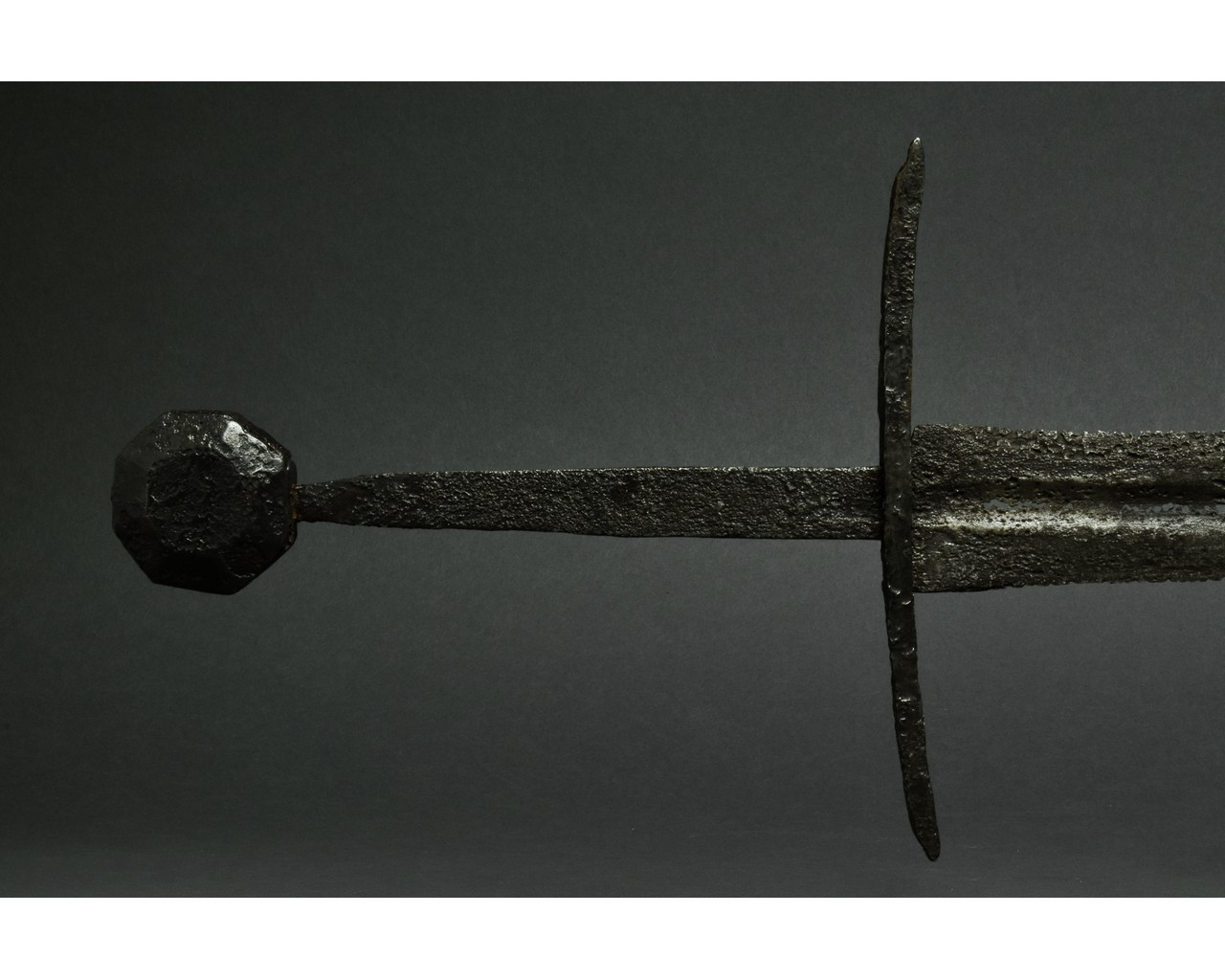 MEDIEVAL IRON SWORD WITH HANDLE - Image 4 of 5
