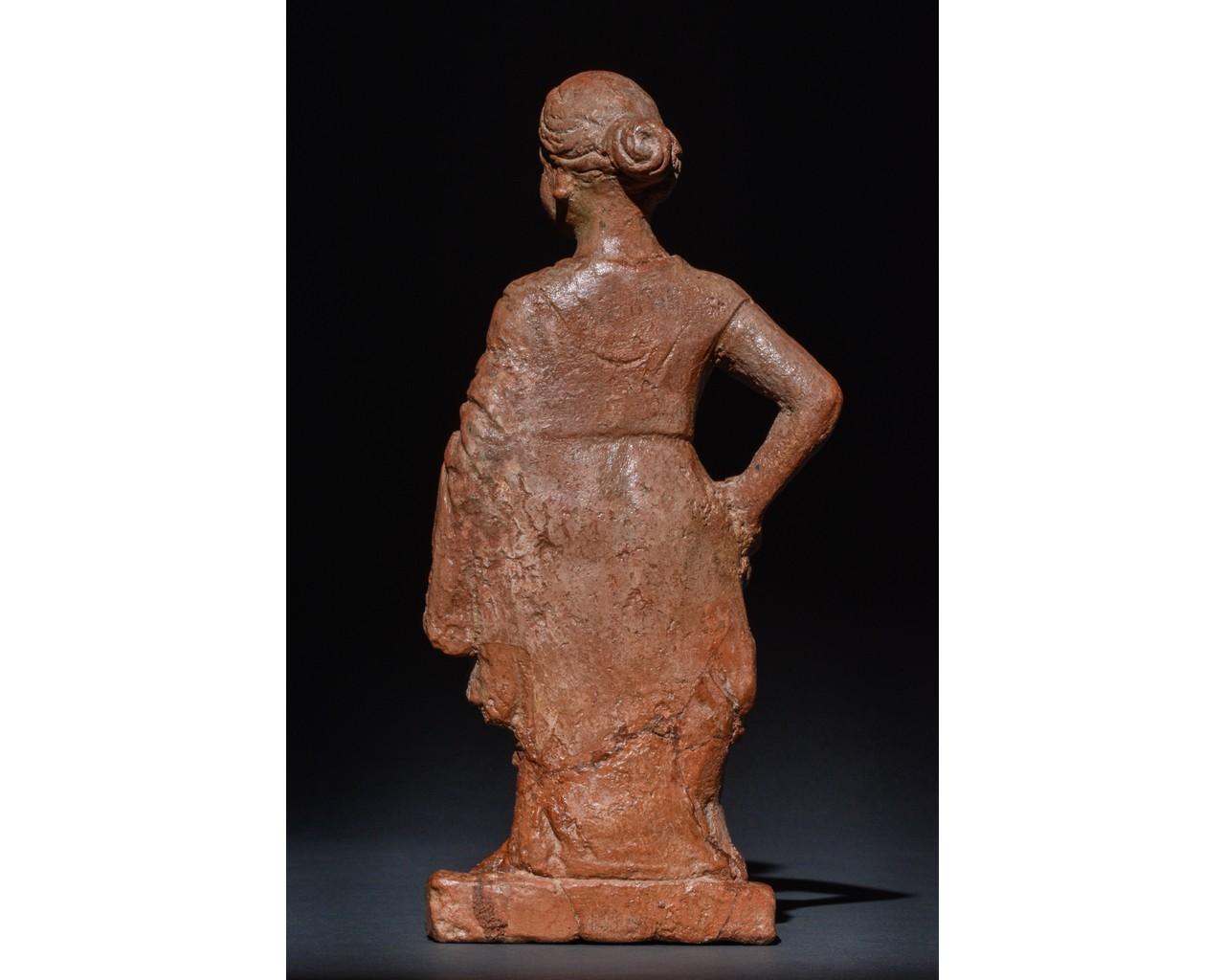 STANDING FEMALE ROMAN TERRACOTTA FIGURE - Image 3 of 9