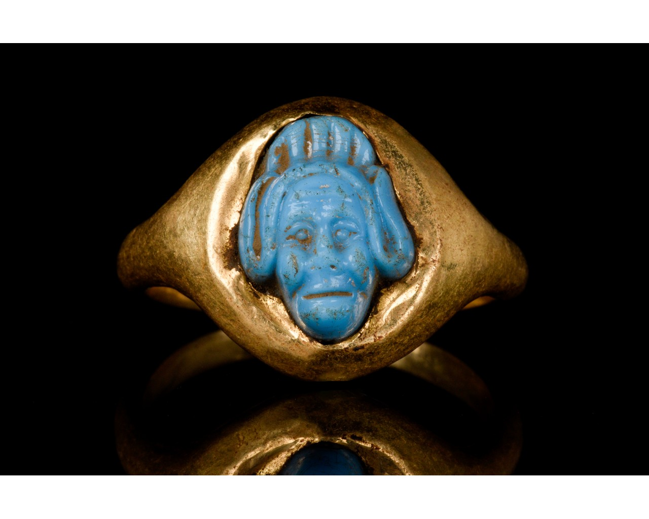 PHOENICIAN FAIENCE GODDESS HEAD IN A GOLD RING - Image 2 of 6