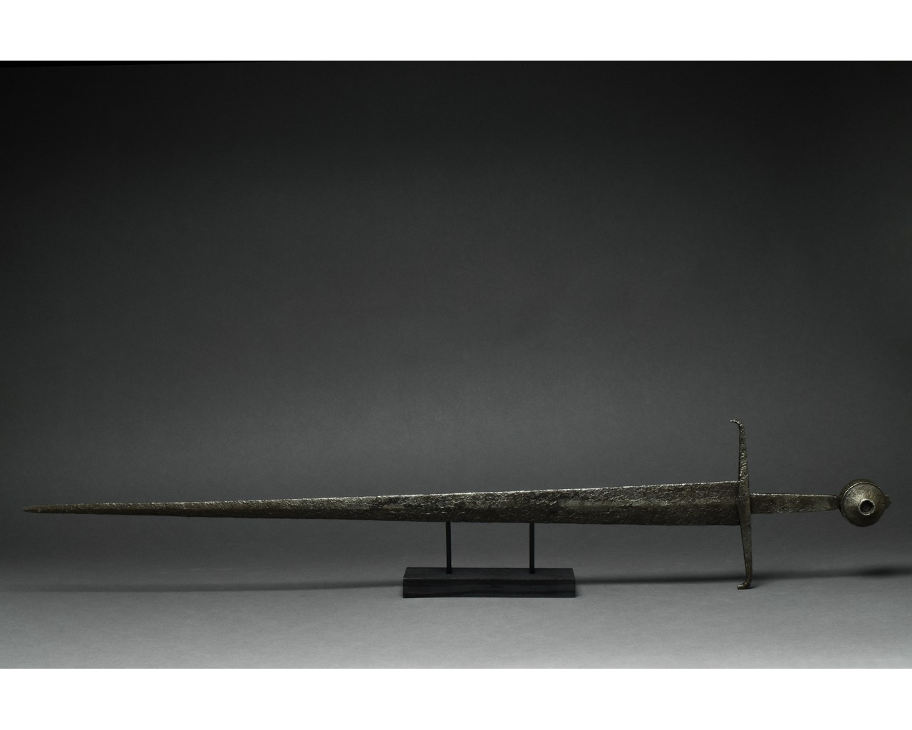 MEDIEVAL IRON SWORD WITH HANDLE - Image 3 of 9