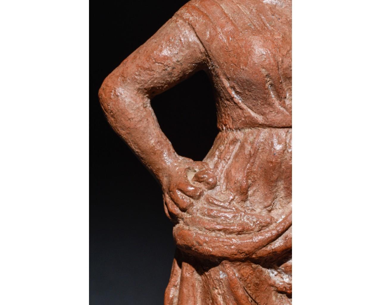 STANDING FEMALE ROMAN TERRACOTTA FIGURE - Image 8 of 9