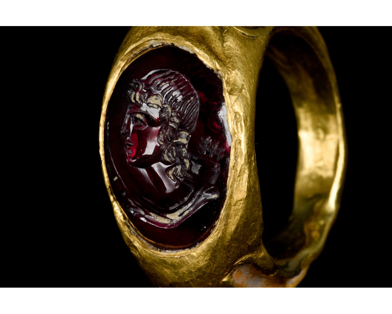 ROMAN GOLD AND GARNET INTAGLIO RING WITH DIANA - FULL REPORT - Image 6 of 9