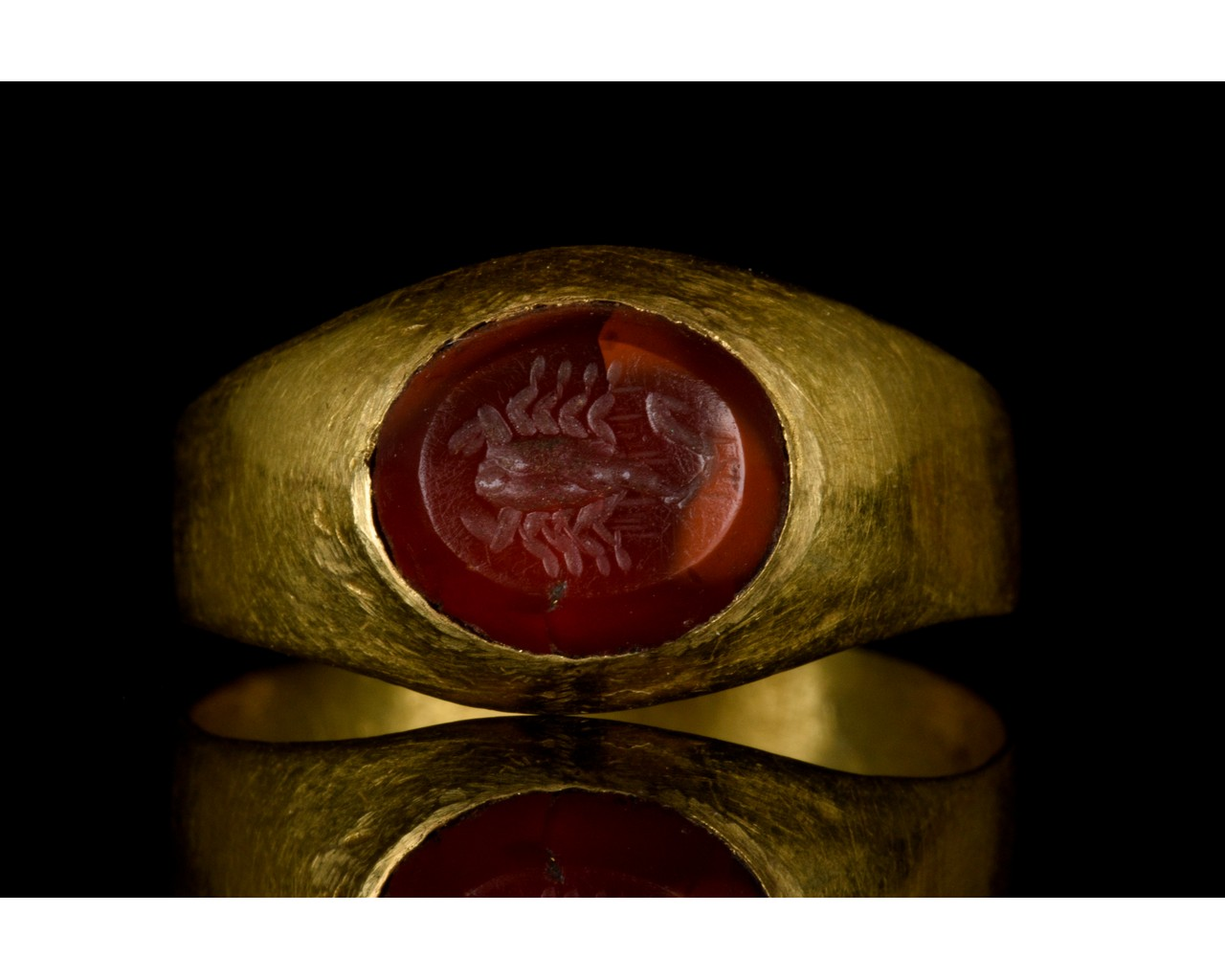 ROMAN GOLD AND CARNELIAN INTAGLIO RING WITH SCORPION - Image 2 of 7