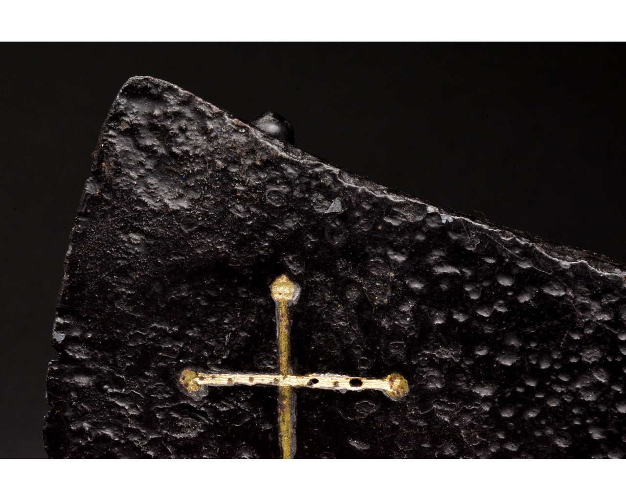MEDIEVAL BATTLE IRON AXE HEAD WITH INLAID GOLD CROSS - Image 4 of 8