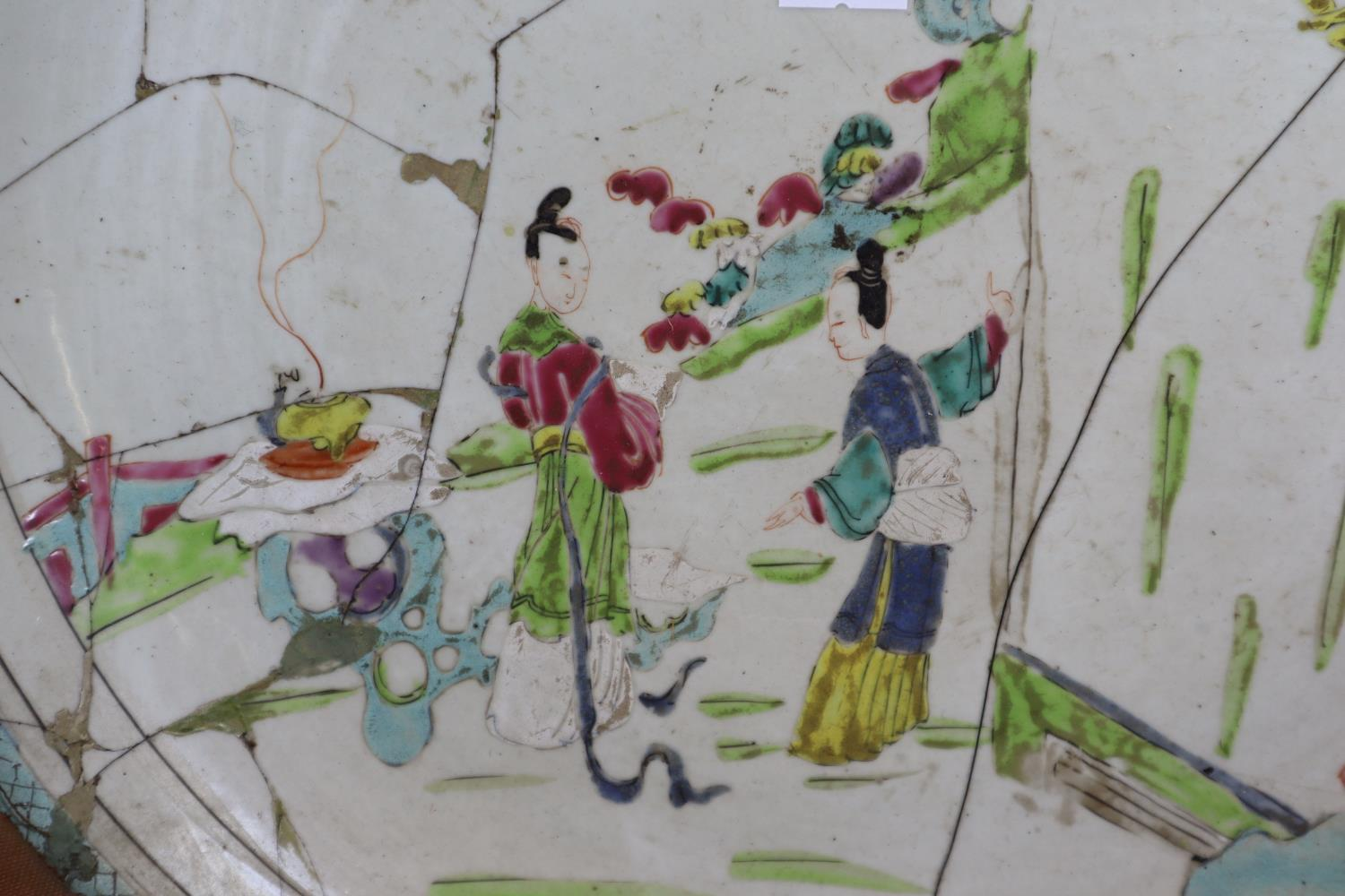 18th Century Chinese export porcelain famille Rose charger depicting a Mandarin at a window - Image 2 of 4