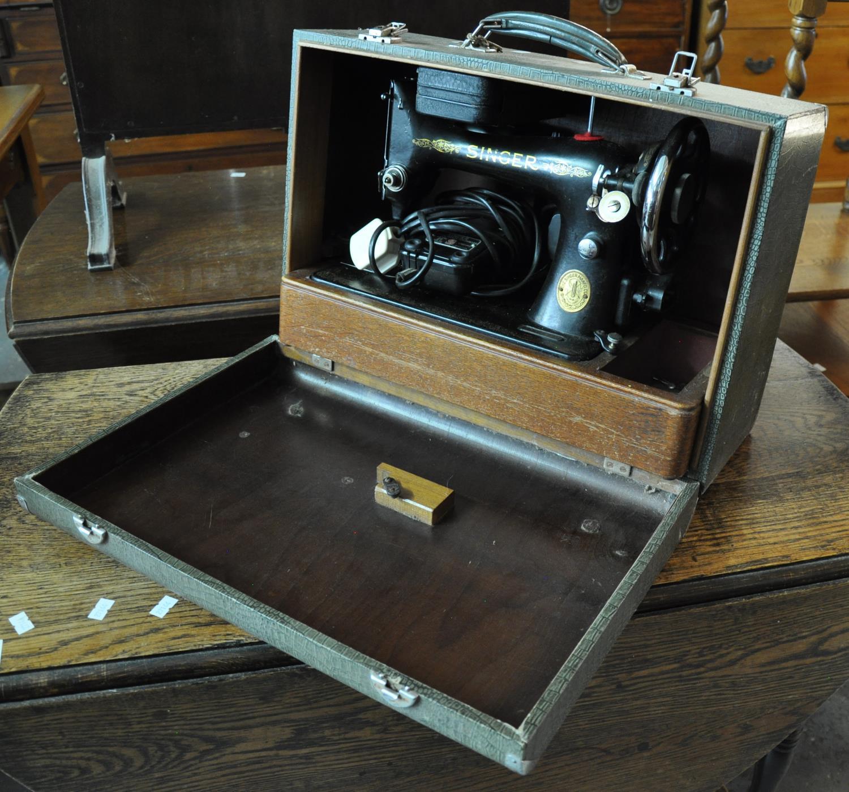 Cased vintage electric Singer sewing machine. (B.P. 21% + VAT)