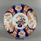 Imari-Wandteller19. Jhd., Japan, Porzellanteller mit welligem Rand, blau-rot-oranges Dekor in