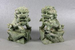 Paar Jade Fo-HundeChina, Paar Jo-Hunde Jade auf einem Sockel sitzend, Gebr.sp., H. 15