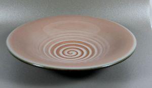 Majolika-Schale1920er/30er Jahre, Karlsruher Majolika-Manufaktur, runde Schale mit Spiralreli