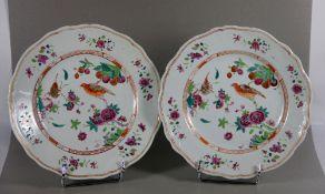 Paar Teller China19. Jhd., China, Paar Porzellanteller, in leuchtenden Farben staffiert, je V