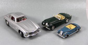 Komvolut Modellautos3 Stk. Modellautos, versch. Maßstäbe, Bburago Mercedes 300 Sl 1/18 3015
