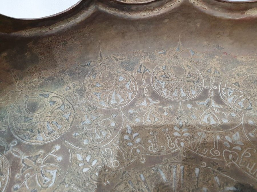 LARGE IMPORTANT ISLAMIC BRONZE DISH WITH SILVER INLAY CALLIGRAPHIC INSCRIPTIONS - Image 3 of 8