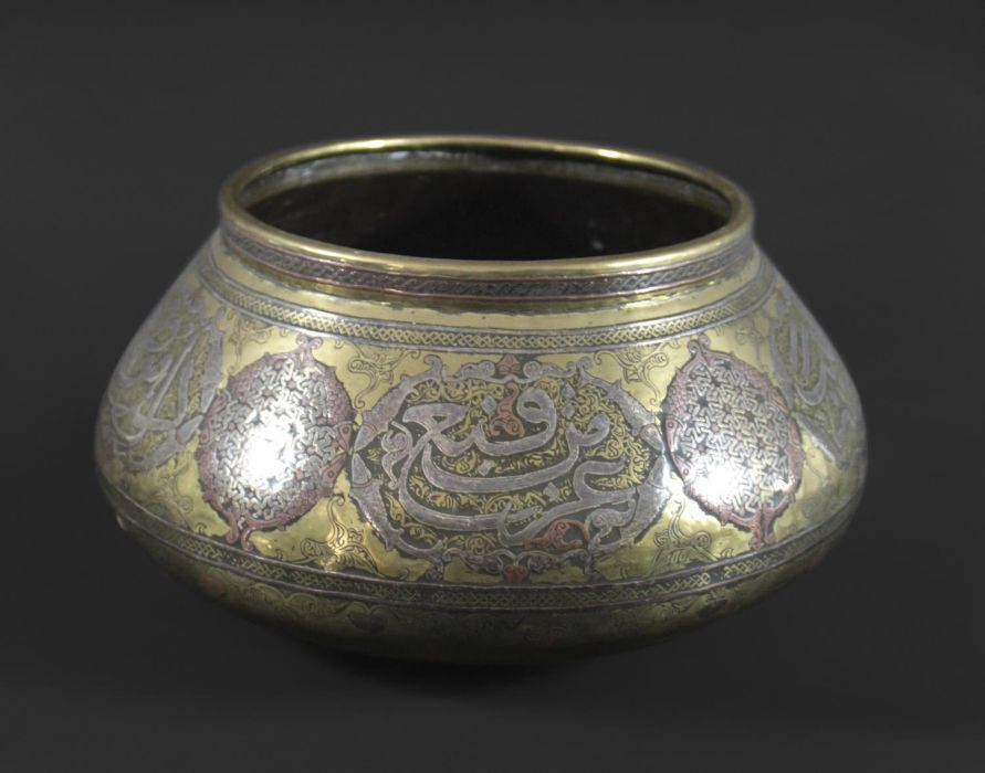 MAMLUK REVIVAL LARGE BRASS & SILVER INLAID BOWL - Image 4 of 4