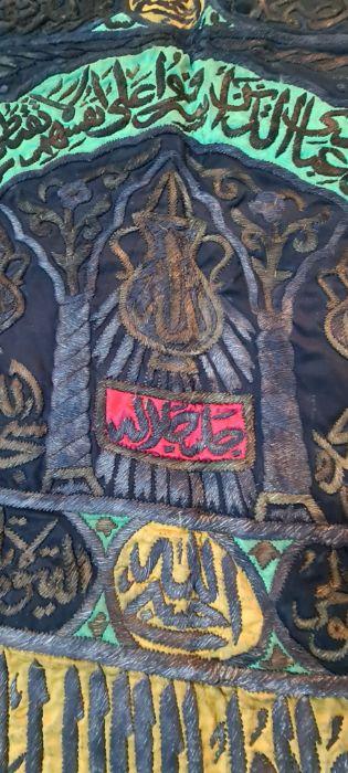 THE EXTERNAL CURTAIN OF THE KA'BA DOOR (BURQA') LATE 20TH CENTURY - Image 5 of 16