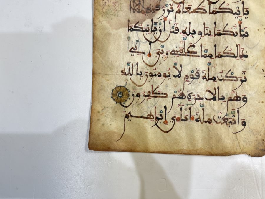 AN ILLUMINATED TWO FOLIO QUR'AN SECTION IN MAGHRIBI SCRIPT, NORTH AFRICA OR SPAIN, 12TH CENTURY AD - Image 3 of 10