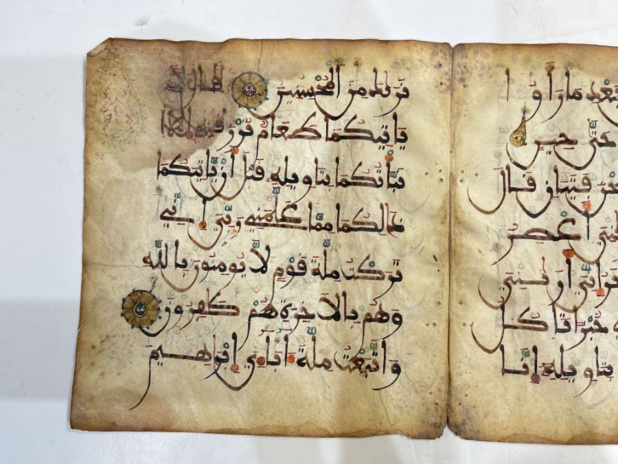 AN ILLUMINATED TWO FOLIO QUR'AN SECTION IN MAGHRIBI SCRIPT, NORTH AFRICA OR SPAIN, 12TH CENTURY AD - Image 6 of 10