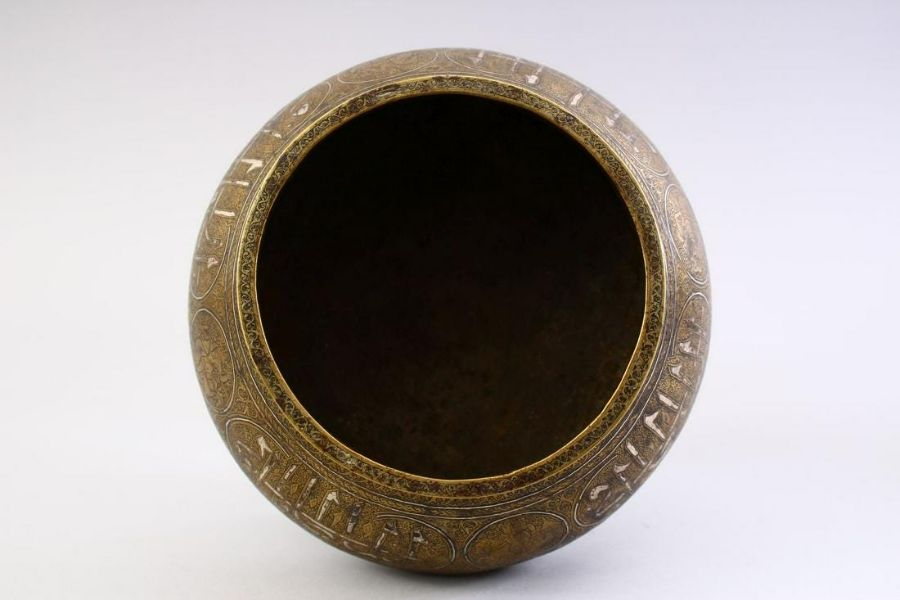 A GOOD SAFAVID REVIVAL, QAJAR DYNASTY CALLIGRAPHIC AND SILVER INLAID BRASS BOWL - Image 3 of 5