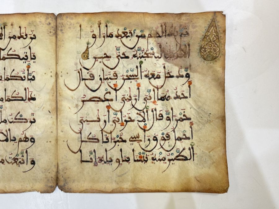 AN ILLUMINATED TWO FOLIO QUR'AN SECTION IN MAGHRIBI SCRIPT, NORTH AFRICA OR SPAIN, 12TH CENTURY AD - Image 7 of 10
