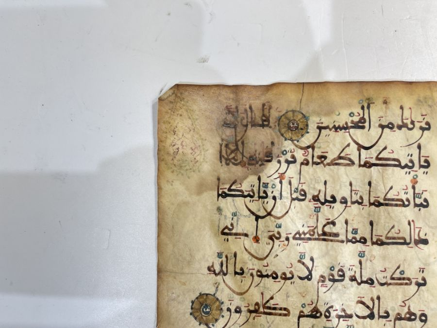 AN ILLUMINATED TWO FOLIO QUR'AN SECTION IN MAGHRIBI SCRIPT, NORTH AFRICA OR SPAIN, 12TH CENTURY AD - Image 2 of 10