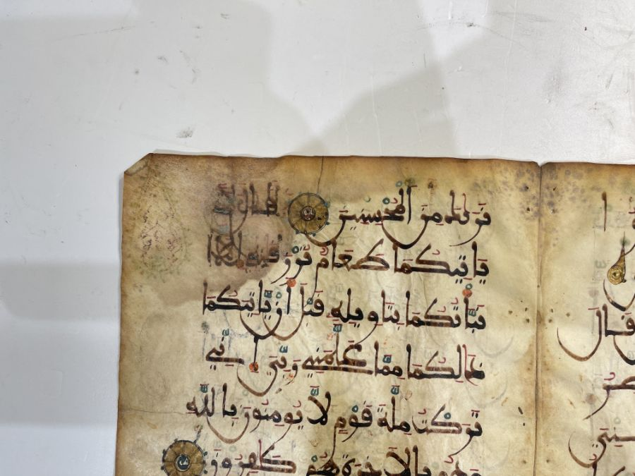 AN ILLUMINATED TWO FOLIO QUR'AN SECTION IN MAGHRIBI SCRIPT, NORTH AFRICA OR SPAIN, 12TH CENTURY AD - Image 5 of 10