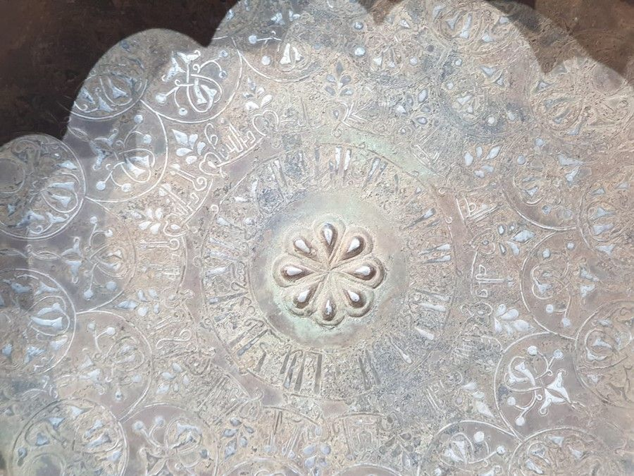 LARGE IMPORTANT ISLAMIC BRONZE DISH WITH SILVER INLAY CALLIGRAPHIC INSCRIPTIONS - Image 8 of 8