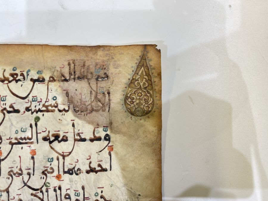 AN ILLUMINATED TWO FOLIO QUR'AN SECTION IN MAGHRIBI SCRIPT, NORTH AFRICA OR SPAIN, 12TH CENTURY AD - Image 4 of 10