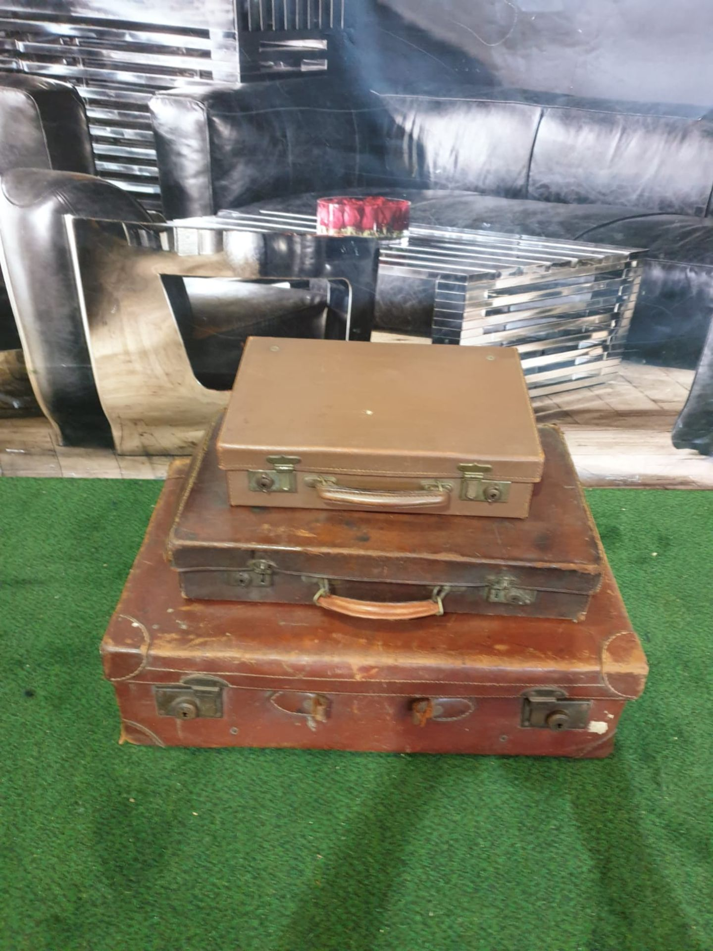 A set of 3 x vintage leather travel cases 60 x 36cm, 48 x 29cm and 35 x 24cm - Image 4 of 4
