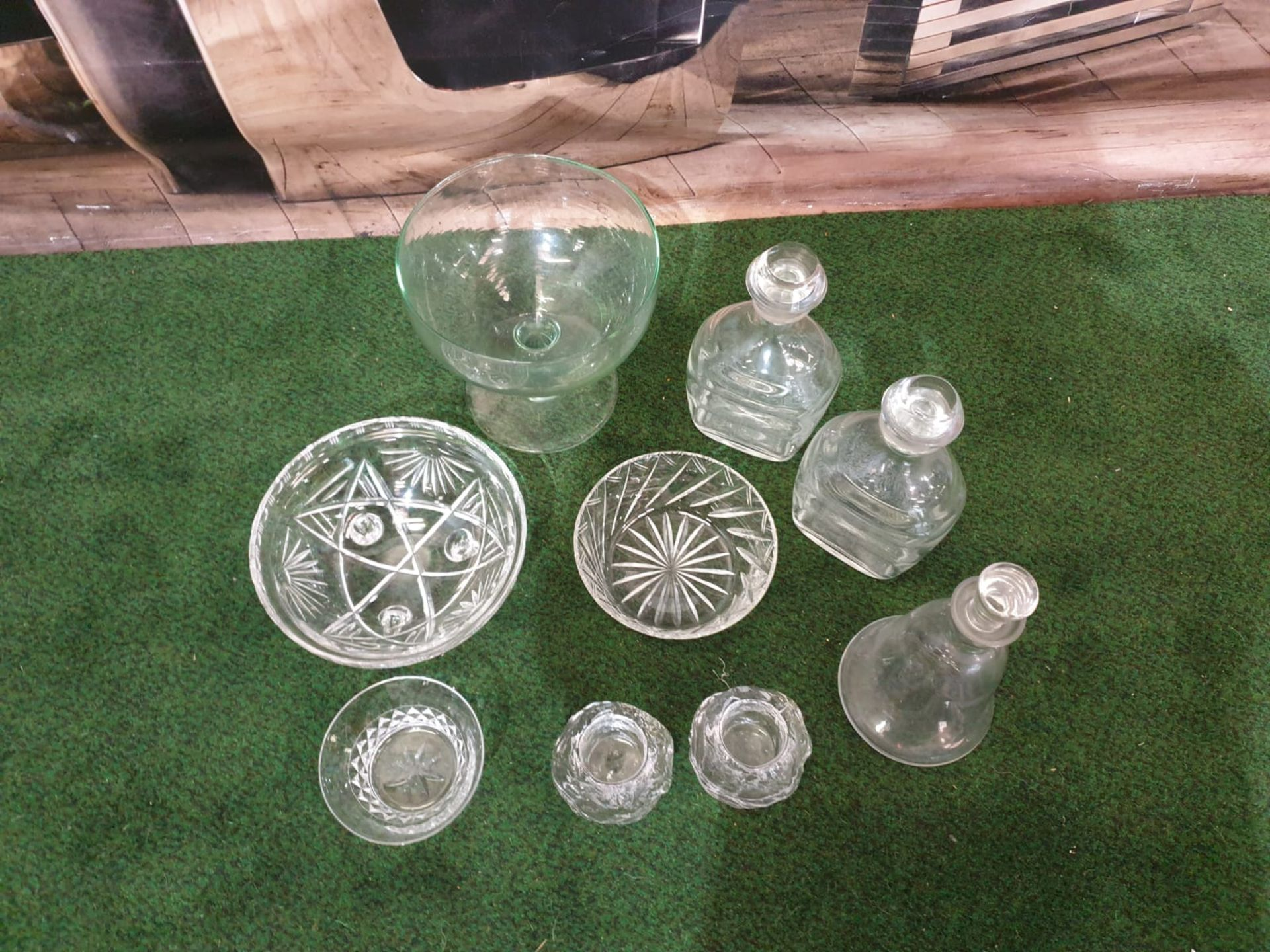 A set of 3 clear glass decanters with pillar neck each fitted with a stoppers. Circa early 20c - Image 3 of 3