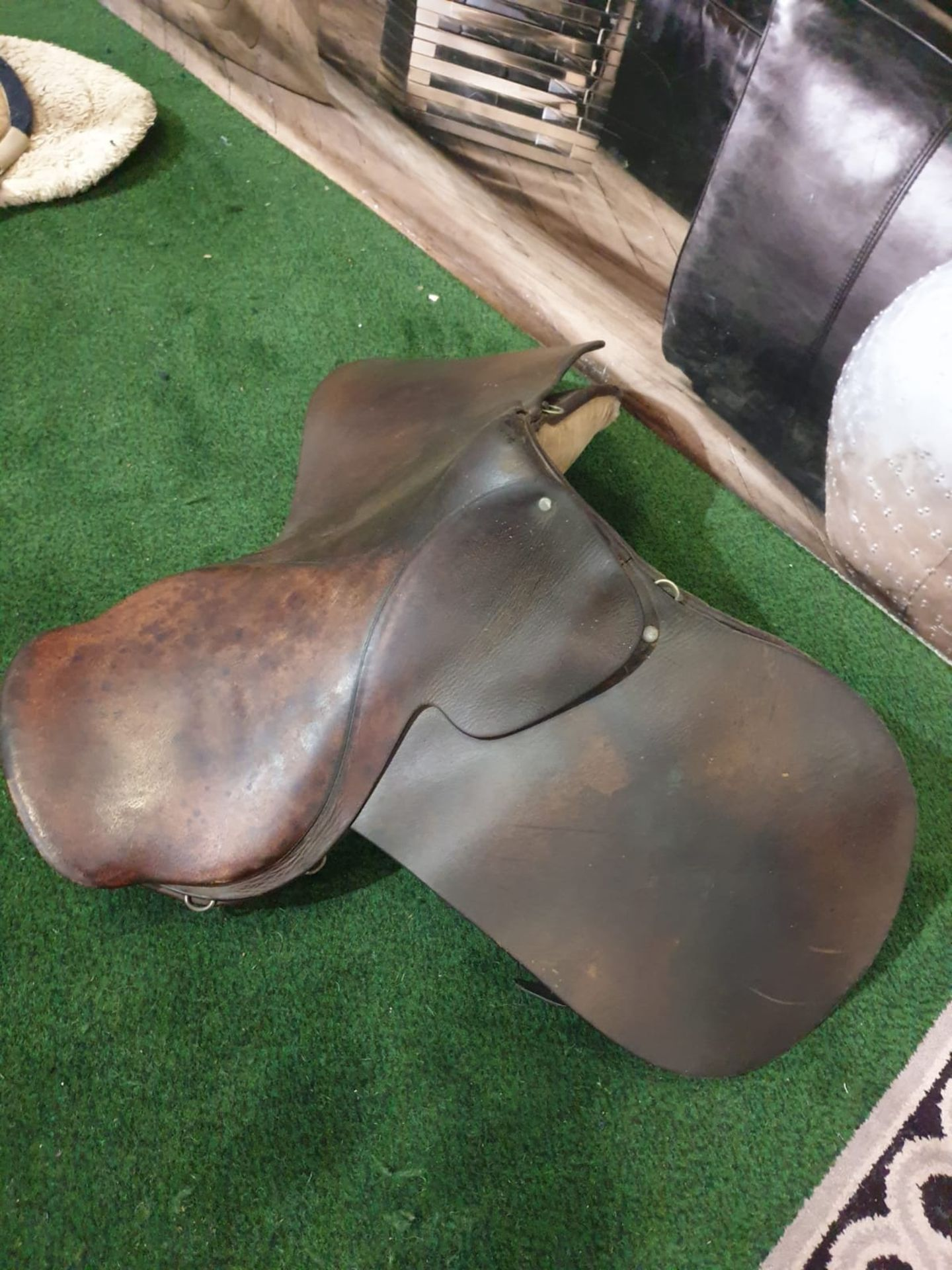 Vintage leather horses saddle. c. Circa 1960 Height 90 cm; Length 48 cm; Depth 45 cm - Image 3 of 4