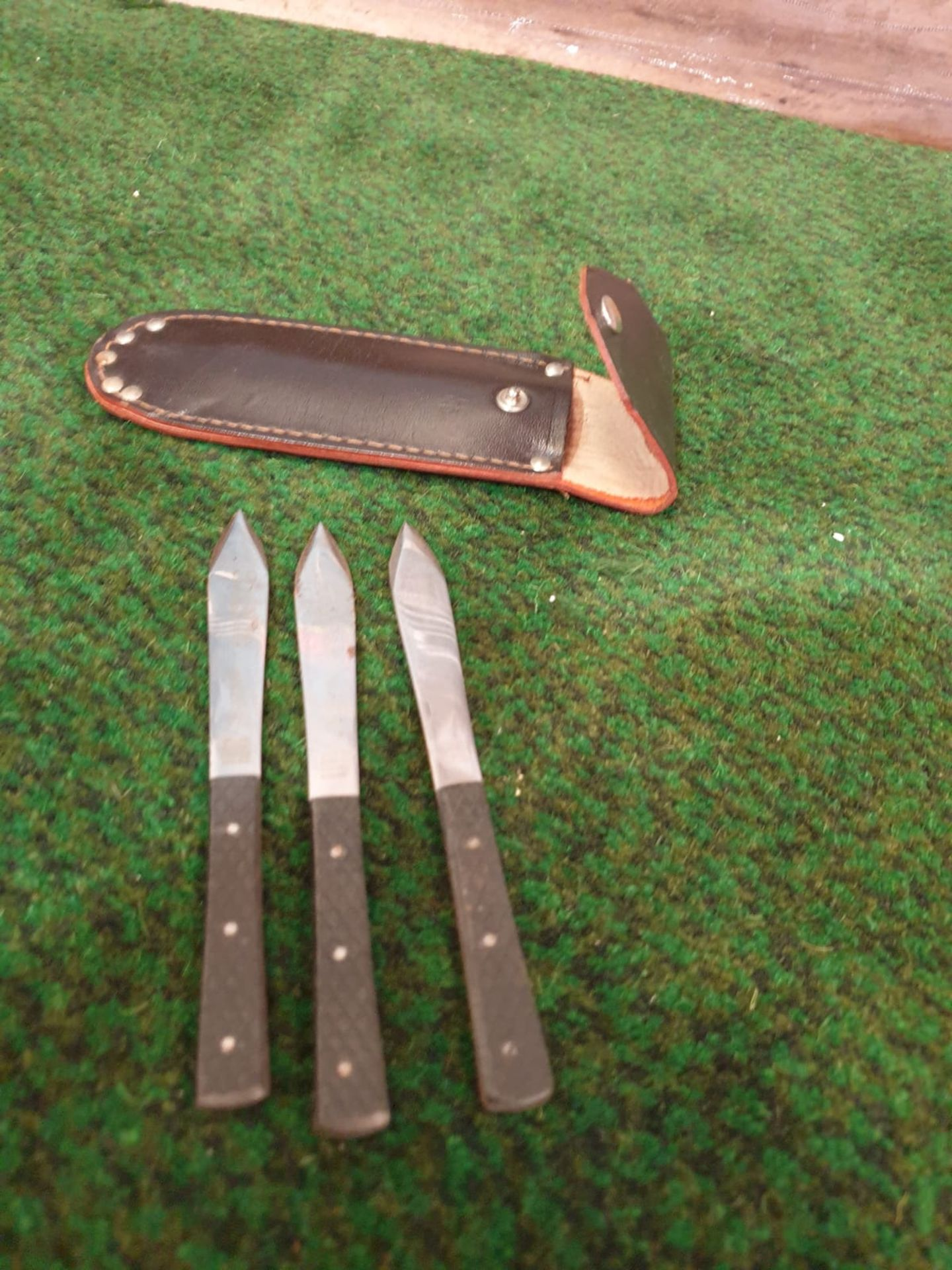 A set of three English stainless steel throwing knives in leather folding case of typical shape - Image 4 of 5