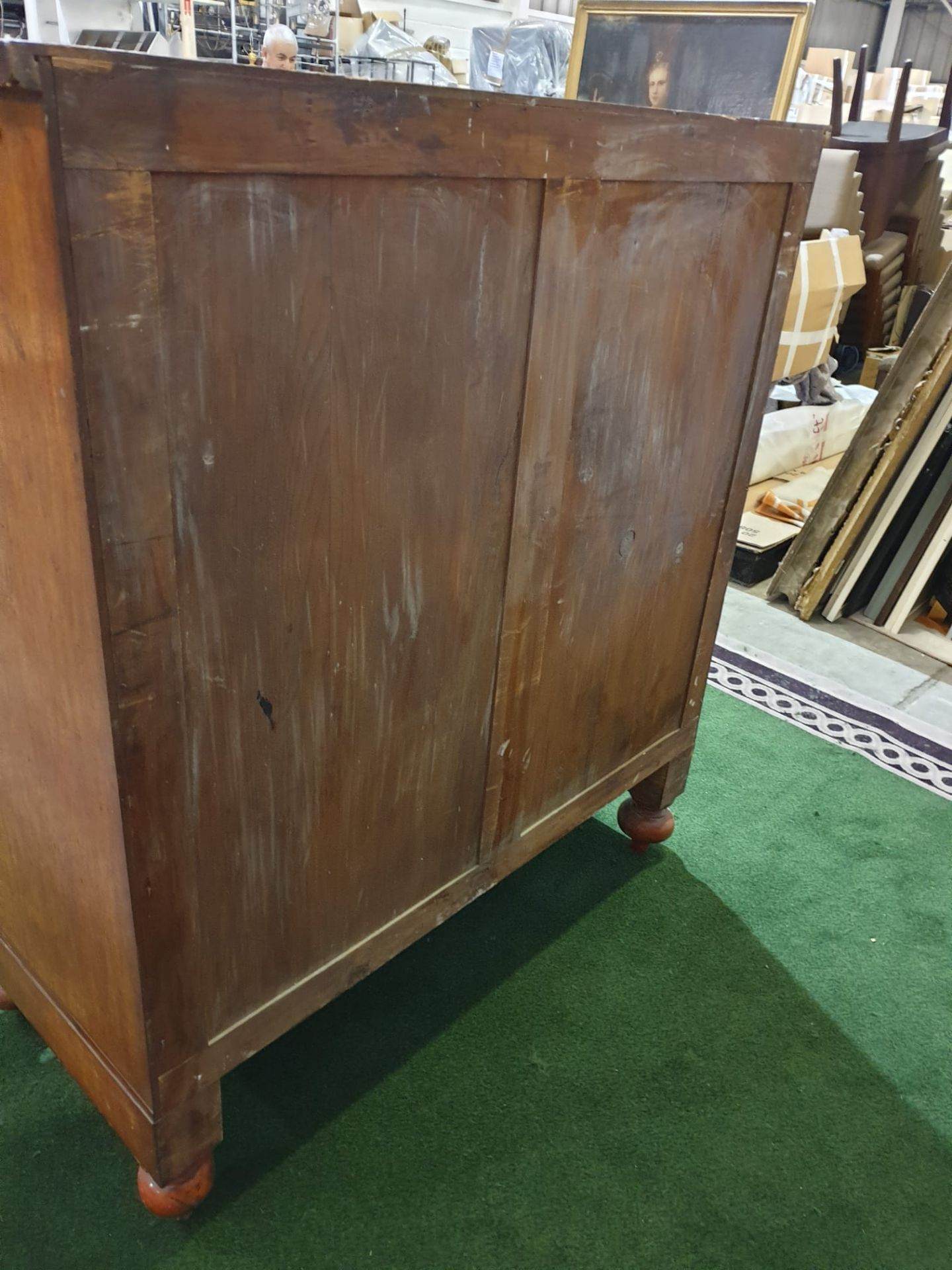 A Victorian mahogany chest. The oblong top above a flush frieze and a panelled hat drawer flanked by - Image 6 of 6