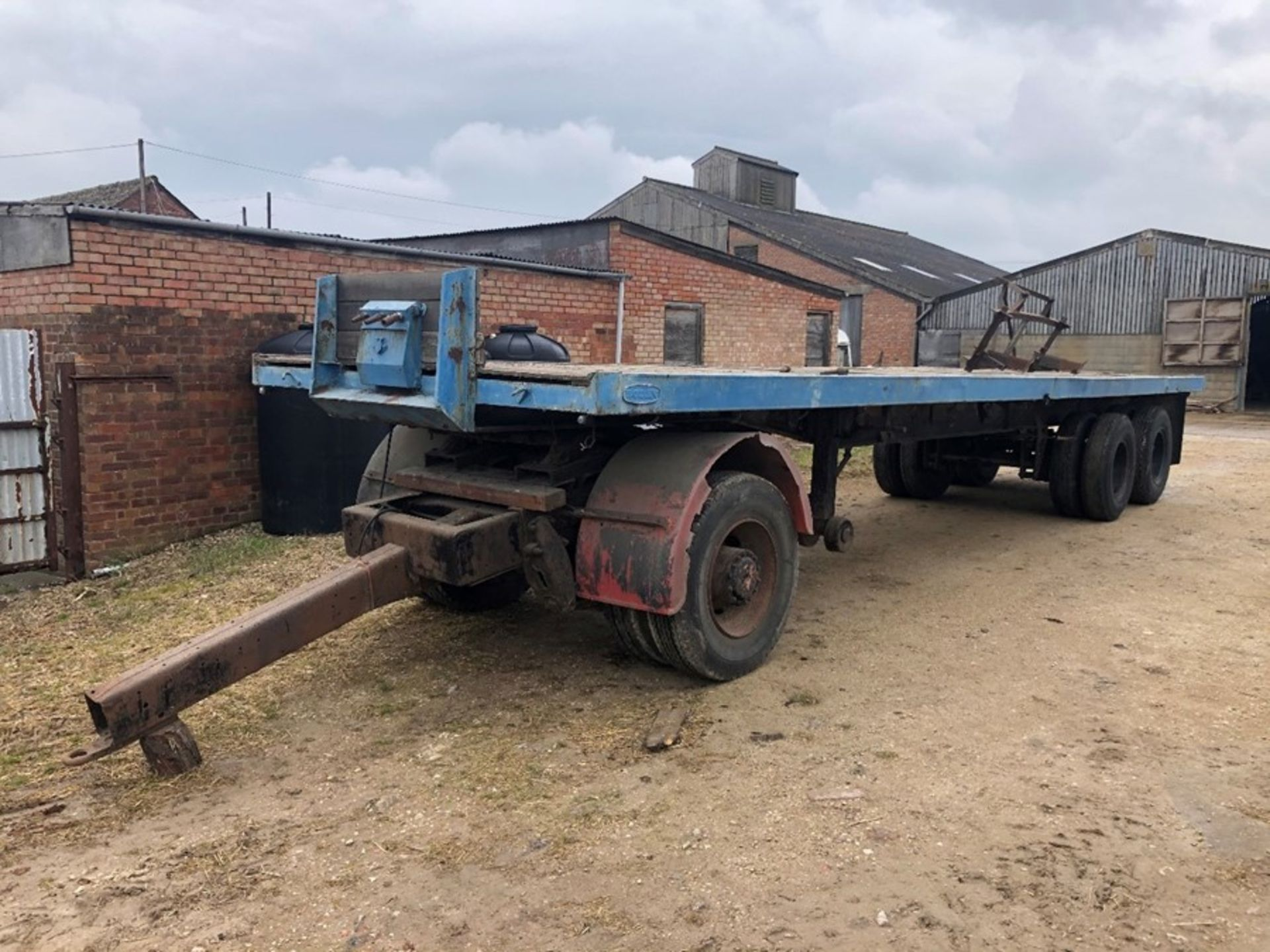 Boden 32ft dual axle artic flat deck trailer with twin wheel towing dolly - Image 3 of 4