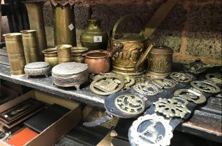 SHELF WITH QTY OF BRASS HORSE BRASSES, SHELL CASES & OTHER BRASS WARE
