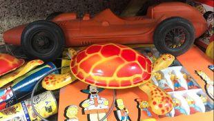 2 VINTAGE MECHANICAL TORTOISE TOYS, PLASTIC RACE CAR, AN ENGINE ROCKET BANK & 3D THE SIMPSONS