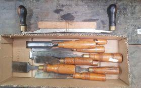 CARTON OF VINTAGE WOOD CHISELS INCL; MARPLES & A VINTAGE DRAWER KNIFE WITH LIGNUM VITAE