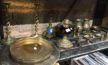 SHELF WITH 2 TWISTED BRASS CANDLE STICKS, BRASS VASES, TRAYS & OTHER BRASS WARE INCL; 2 WOOD & METAL