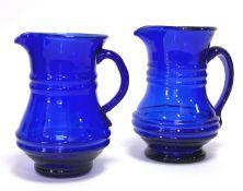Zwei blaue Glaskrüge