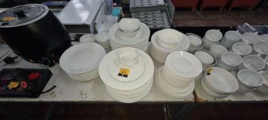 Quantity of white round plates in assorted sizes, in 5 stacks