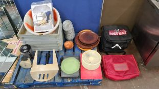 The contents of a pallet of assorted miscellaneous trays & other items plus the insulated bags to th