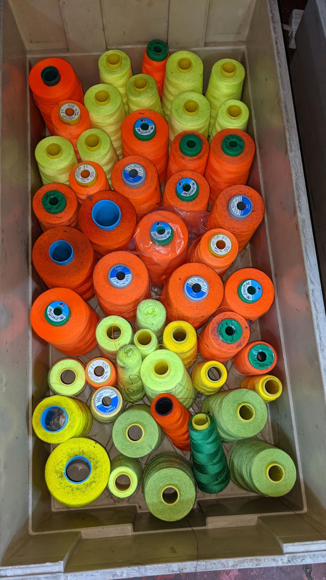 The contents of a crate of primarily fluorescent thread - Image 3 of 3