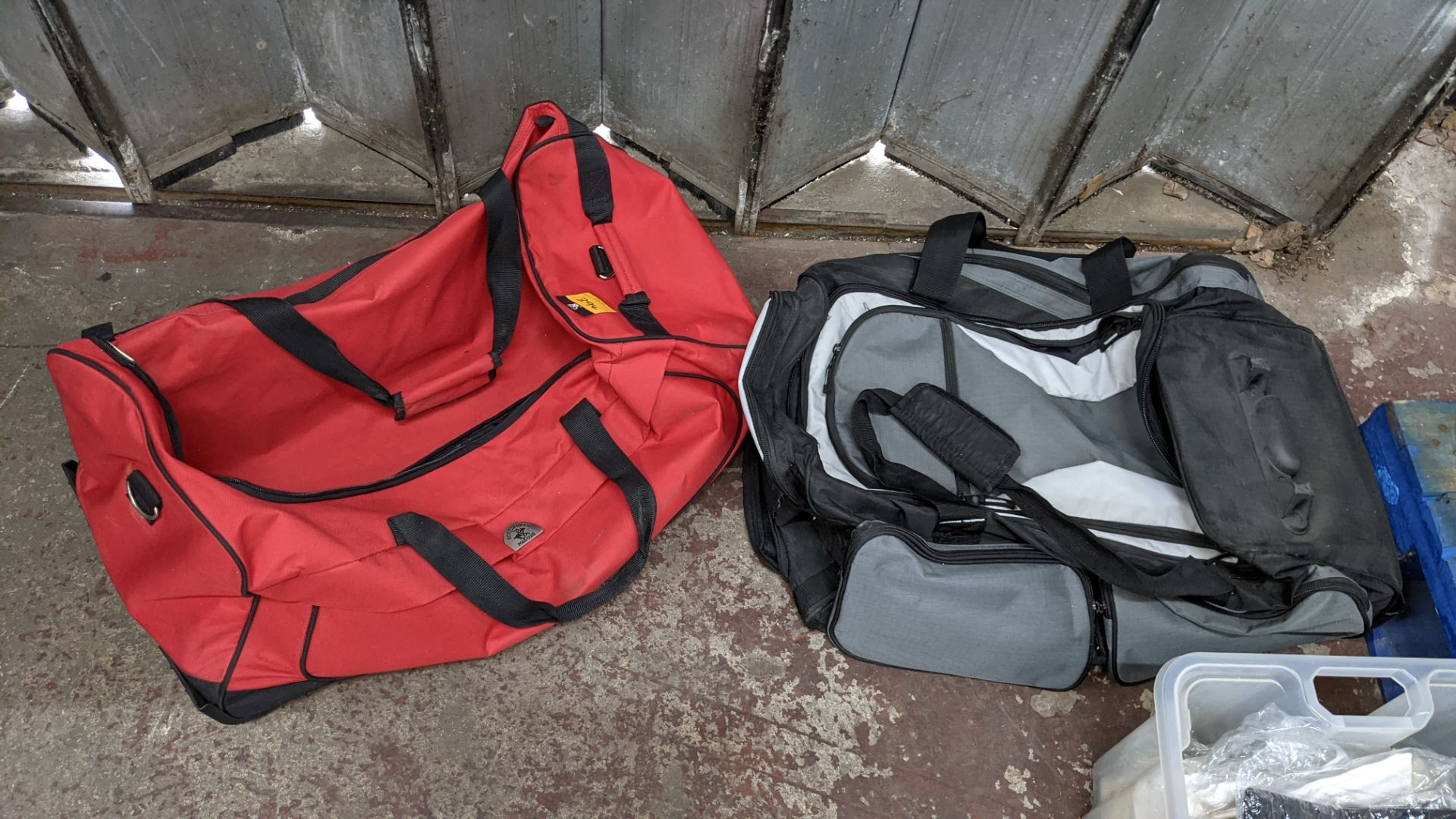 2 off soft holdalls with built-in wheels - Image 7 of 7