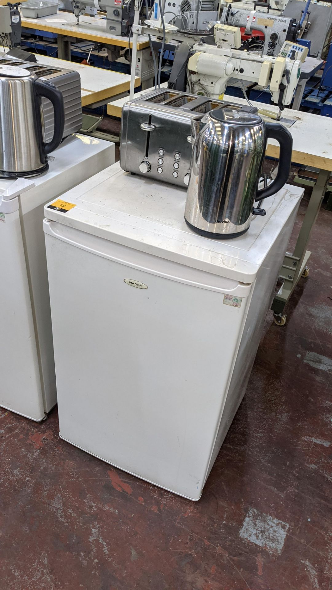 Domestic appliance lot comprising counter height fridge plus cordless kettle & 4 slice toaster - Image 2 of 6
