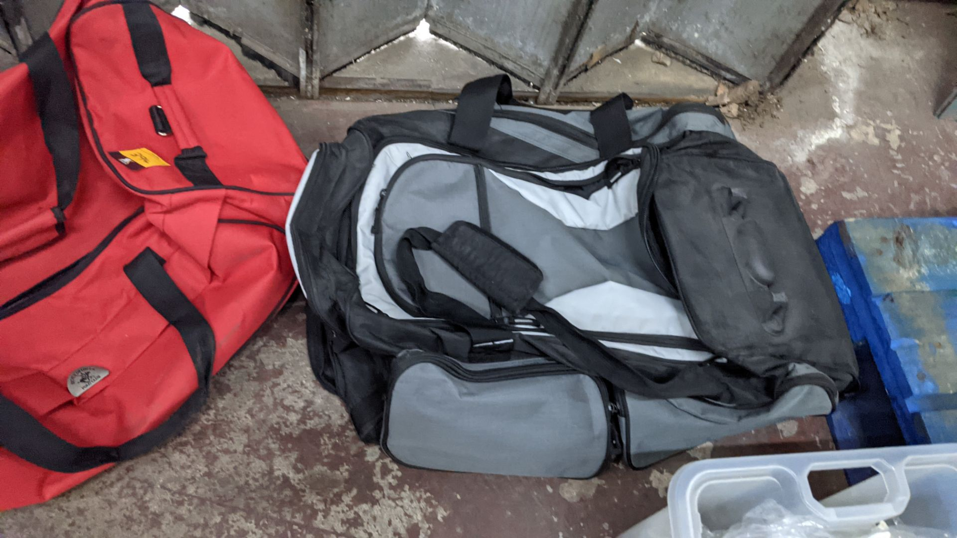 2 off soft holdalls with built-in wheels - Image 6 of 7