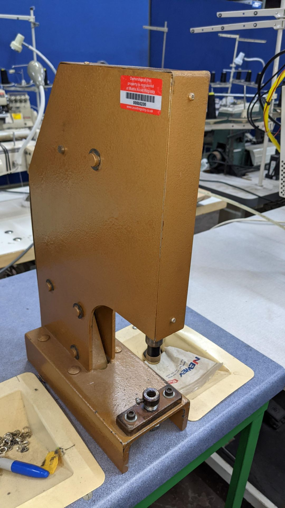 Foot operated riveting machine/press stud machine - Image 6 of 8