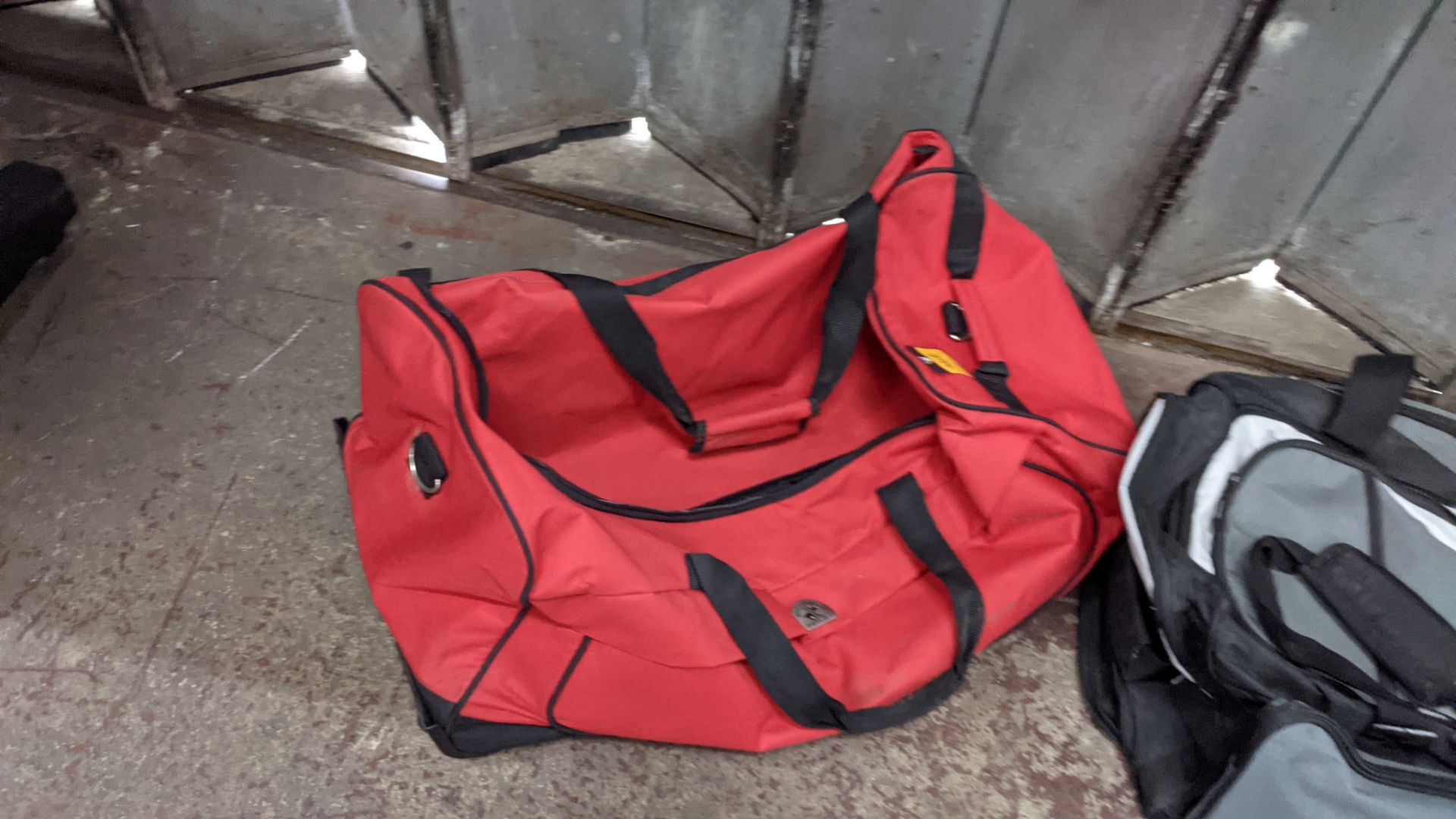 2 off soft holdalls with built-in wheels - Image 4 of 7