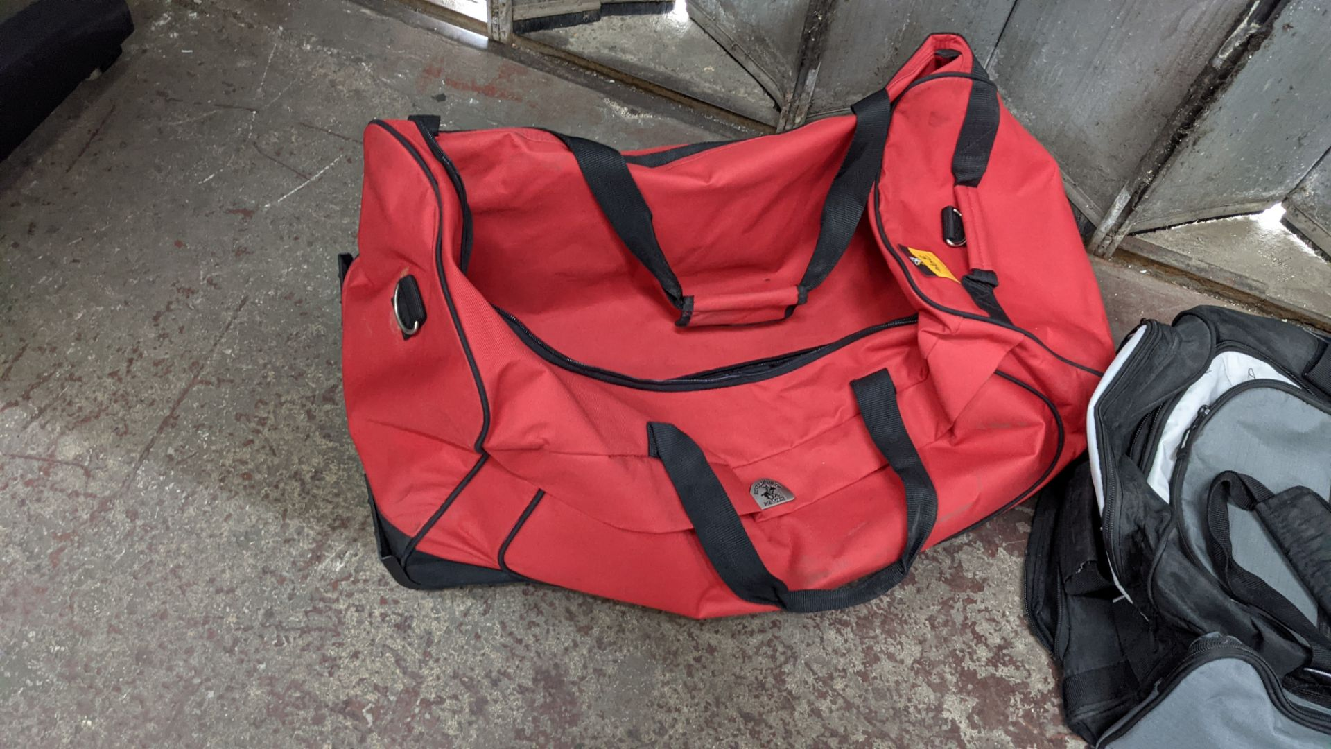 2 off soft holdalls with built-in wheels - Image 5 of 7