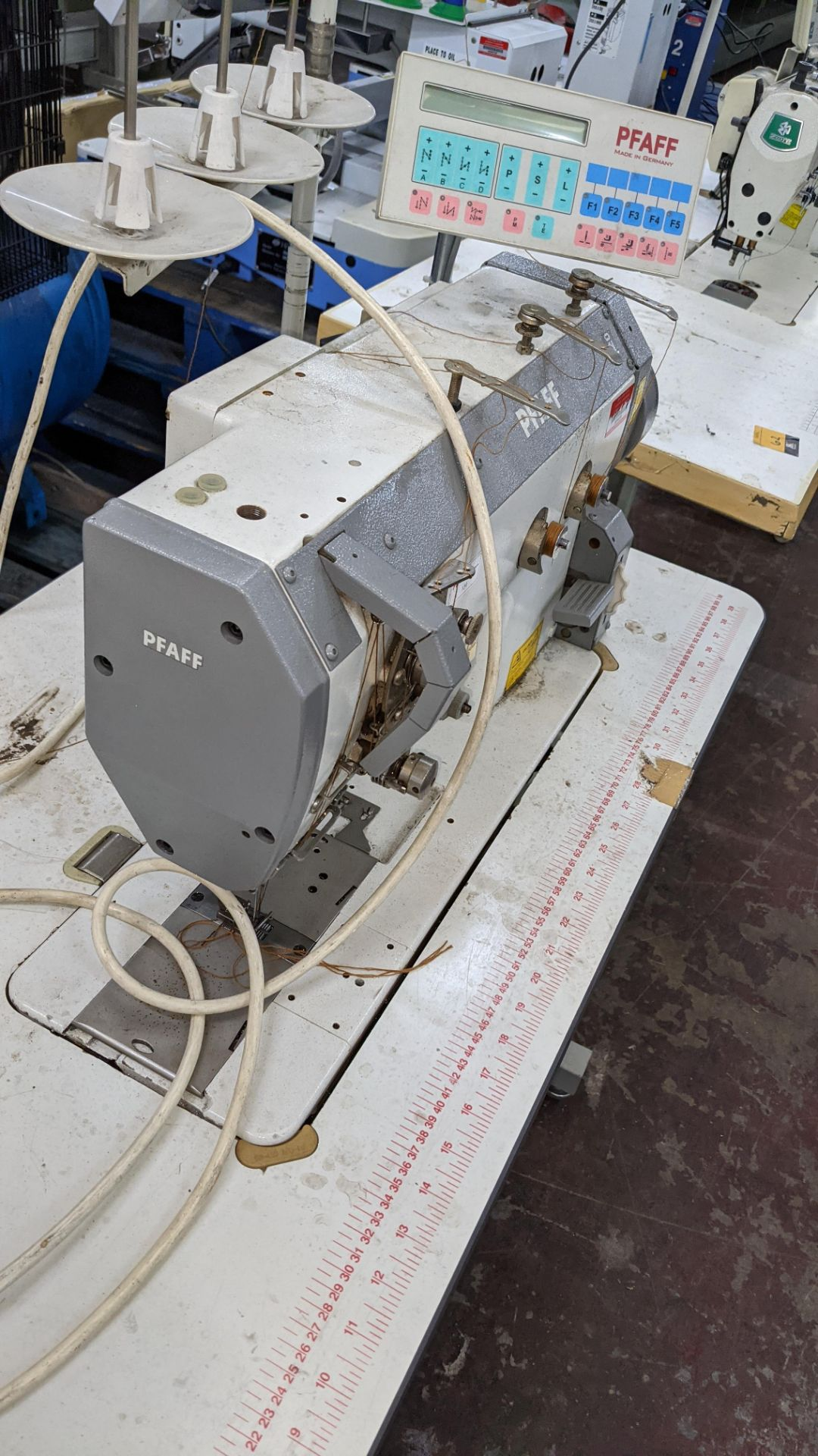 Pfaff twin needle sewing machine, model 422 - Image 10 of 17